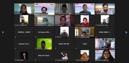 DARI MADURA UNTUK DUNIA: Bupati Bangkalan Abdul Latif Amin Imron, Koordinator PPI Dunia Choirul Anam, dan peserta Virtual International Education Fair foto bersama.