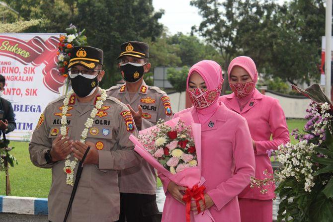KHIDMAT: Kapolres Bangkalan AKBP Alith Alarino didampingi istri dan Wakapolresta Banyuwangi AKBP Didik Hariyanto doa bersama sebelum menggunting untaian melatikemarin.