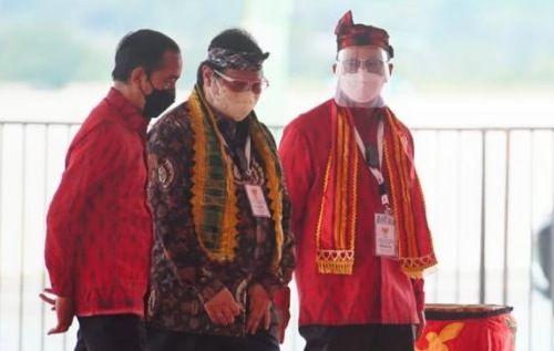 SANGAT DEKAT: Menko Bidang Perekonomian Airlangga Hartarto saat berbincang dengan Presiden Joko Widodo.