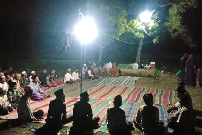 MINTA PERTOLONGAN: Warga Desa Lapa Daya, Kecamatan Dungkek, saat menggelar istighotsah dan doa bersama Selasa malam (6/7).