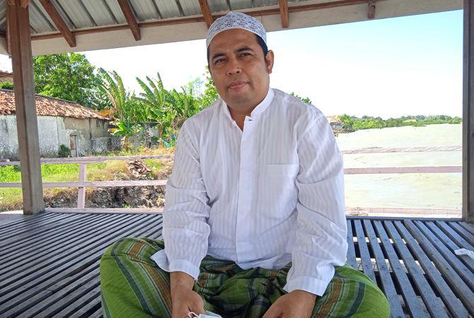 SEDERHANA: Harun Al Rasyid ditemui di halaman Masjid Al-Iklas, Dusun Kedungdung, Desa Patereman Modung, Bangkalan, Sabtu (10/7).