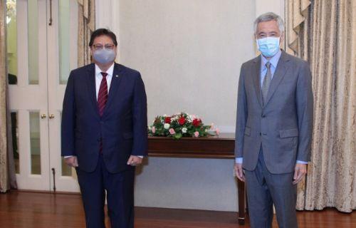 PEDULI: Menko Perekonomian Airlangga Hartarto bertemu Perdana Menteri (PM) Singapura Lee Hsien Loong.