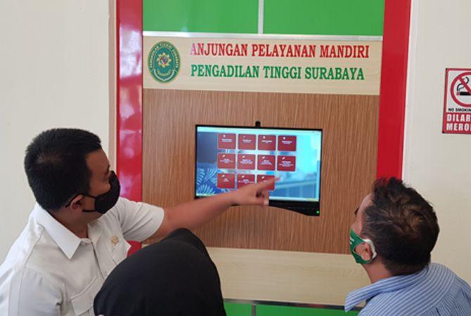 MENYIMAK: Bupati Bangkalan Abdul Latif Amin Imron mengikuti sosialisasi online bersama SKK Migas dan PT Petronas Carigali di pendapa pratanu kemarin.