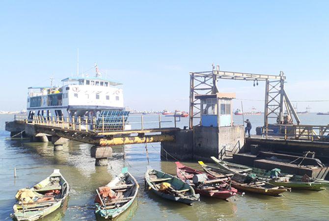 SEPI: Seorang penumpang kapal saat berada di sekitar Pelabuhan Kamal kemarin.