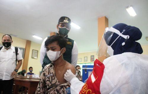 LANCAR: Bupati Bangkalan R. Abdul Latif Amin Imron mengamati pelajar SMPN 2 Bangkalan yang sedang divaksinasi Rabu (21/7).