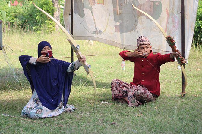 PRESTASI: Dua atlet sedang berlatih jemparingan di lapangan panahan yang terletak di Kelurahan Bancaran, Kecamatan Kota Bangkalan, Kamis lalu (15/7).