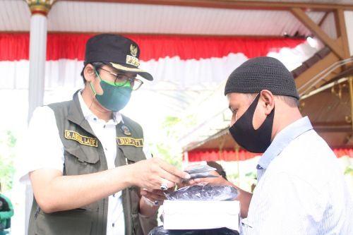 DERMAWAN: Bupati Bangkalan R. Abdul Latif Amin Imron menyerahkan bantuan sembako, masker, vitamin dan hydro oxy kepada driver ojol dan sopir MPU di Pendapa Agung, Kamis (11/7).