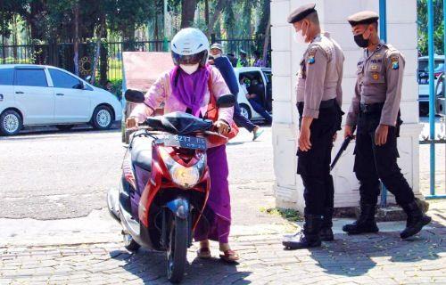 SUPER KETAT: Anggota Polres Bangkalan melakukan pengecekan di pintu gerbang Pendapa Agung.