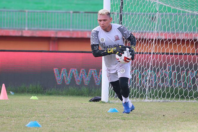 SEMANGAT: Muhammad Ridwan mengikuti latihan di Stadion Gelora Madura Ratu Pamelingan Pamekasan.
