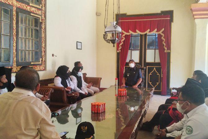 MELAYANI: Bupati Achmad Fauzi (pakai belangkon) menemui perwakilan Forum Guru Non Kategori di Pendapa Keraton Sumenep kemarin.