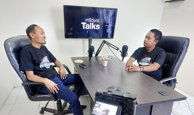 INSPIRATIF: Direktur PT Baliqist Jaya Selamanya Moh. Hosni (kiri) berdialog dengan Pj JPRM Digital Prengki Wirananda dalam program Madura Talks Radar Madura TV beberapa waktu lalu.