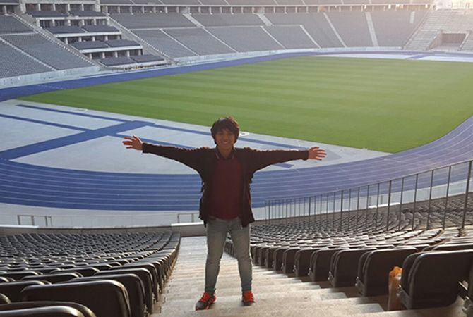 LUAS: Rizky Dwi Kurniawan berpose di Stadion terbesar di Jerman Olympiastadion Berlin.