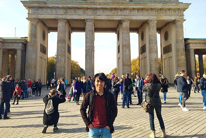 BANGUNAN BERSEJARAH: Rizky Dwi Kurniawan foto di depan Brandenburger Tor atau Tembok Berlin