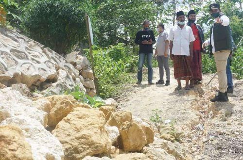 SOLUTIF: Bupati Bangkalan R. Abdul Latif Imron mengunjungi akses jalan yang terputus akibat tebing pembatas longsor di Dusun Larlar, Desa Tlagah, Kecamatan Galis, Minggu (12/9).