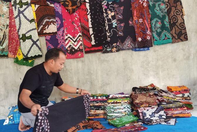 INOVATIF: Muhyi memperlihatkan sejumlah koleksi batik di Kelurahan Kowel Minggu (12/8).