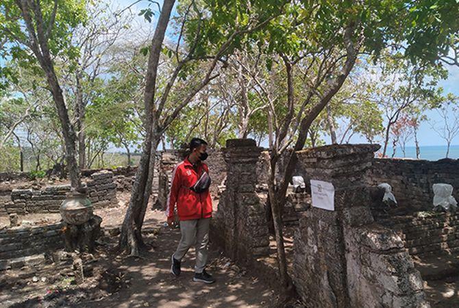 KHUSYUK: Peziarah berdoa di salah satu pusara makam kuno yang ada di Desa Sergang, Kecamatan Batuputih, Sumenep, beberapa waktu lalu.