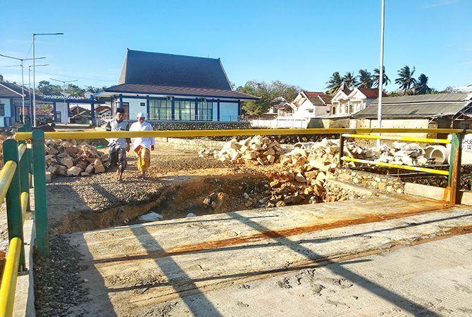 RAGUKAN KUALITAS: Konstruksi akses jalan Pelabuhan Dungkek jebol.