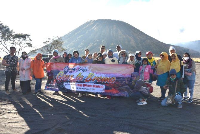 AMAN DAN MENYENANGKAN: Rombongan Enka Wisata Madura foto bersama di kaki Gunung Bromo Minggu (19/9).