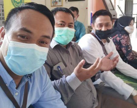MISI SUKSES: Gatot Hadi Purwanto bersama tim pengacara foto bersama sebelum mengikuti sidang di PTUN Surabaya, awal April lalu.
