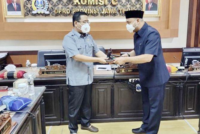 TERUS MENGABDI: Wakil Ketua DPRD Jatim Anwar Sadad menyerahkan palu kepada Ketua Komisi C DPRD Jatim Abdul Halim.