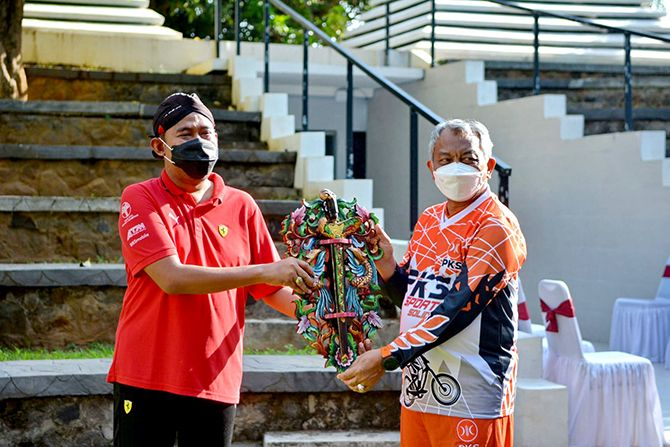 AKRAB: Bupati Sumenep Achmad Fauzi (kiri) memberikan kenang-kenangan kepada Presiden PKS H. Ahmad Syaikhu (kanan) saat berkunjung ke Sumenep, Sabtu (25/9).