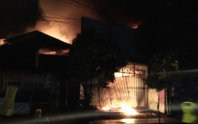 Api masih membakar Toko UD Sentosa di Jalan Majapahit Selatan, Lingkungan Penarip, Kelurahan/Kecamatan Kranggan, Kota Mojokerto.