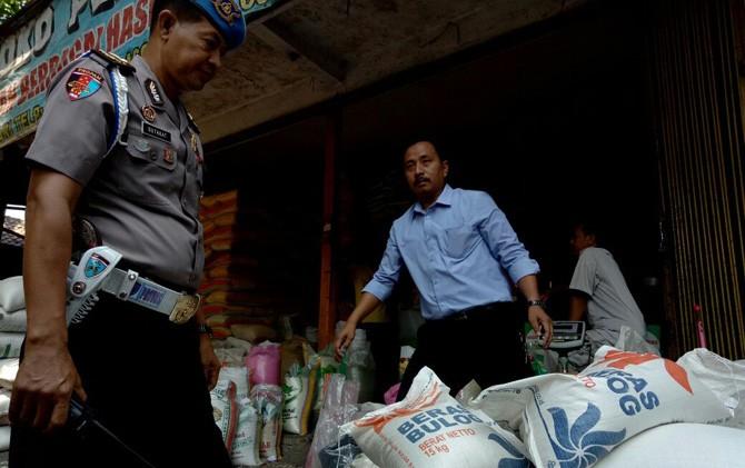 Tim Satgas Pangan Polres Mojokerto saat menggerebek Toko Perdana di Pasar Niaga Mojosari, Selasa (25/7).