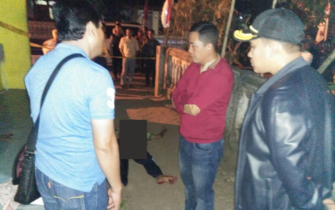 Kapolres AKBP Leonardus Simarmata (tengah) didampingi Kasatreskrim AKP Budi Santoso saat mendatangi lokasi pembunuhan di Desa Tambakagung, Puri, Mojokerto.