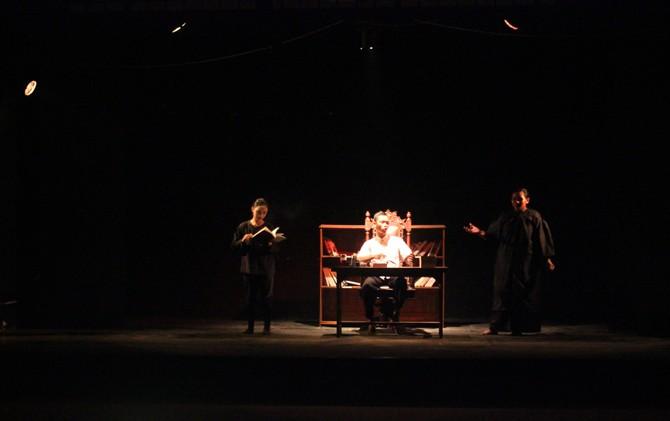 Penampilan teatrikal SMAN 1 Bangsal, Mojokerto di atas panggung.