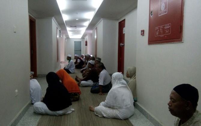 Jamaah haji membacakan doa tahlil di lantai kamar hotel di kawasan Mahbas Jin, Makkah, Arab Saudi.