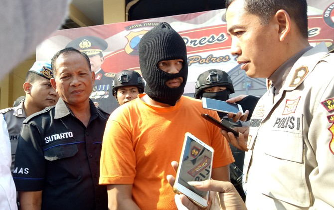 Kapolres Mojokerto, AKBP Leonardus Simarmata saat menginterogasi tersangka bisnis prostitusi online.
