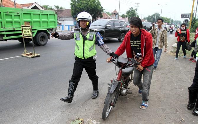 Petugas kepolisian menjaring pengendara dalam operasi gabungan di Jalan Raya Bypass Trowulan, Mojokerto.