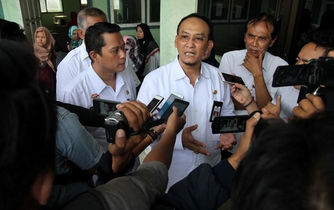 Plt Sekdakot Mojokerto Gentur Prihantono (tengah) saat diwawancarai wartawan.