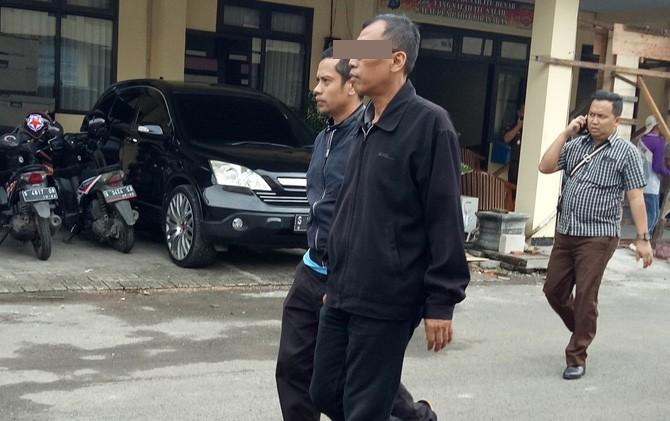 AK (jaket hitam) oknum jaksa saat akan dibawa Tim Saber Pungli Polres dan Kejari Kabupaten Mojokerto ke Mapolda Jatim.