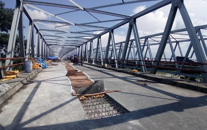Jembatan sisi timur penghubung Mojokerto dengan Sidoarjo di Desa Ngrame, Kecamatan Pungging, Mojokerto, sedang dalam perbaikan.