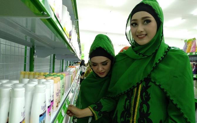 Pengunjung NUsantara Mar MWC NU Ngoro, Mojokerto, memilih peralatan kosmetik.
