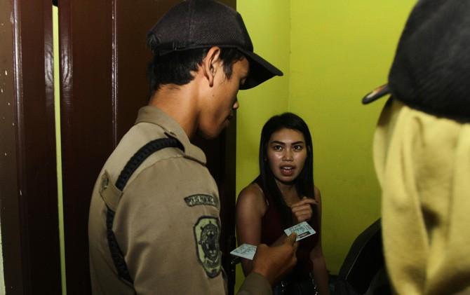 Petugas gabungan memeriksa penghuni kos yang ada di wilayah Kota Mojokerto.