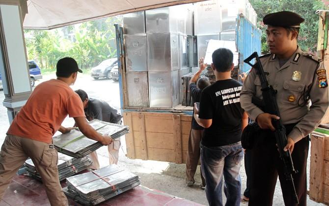 Petugas mengamankan distribusi logistik dari gudang penyimpanan KPU Kab. Mojokerto.