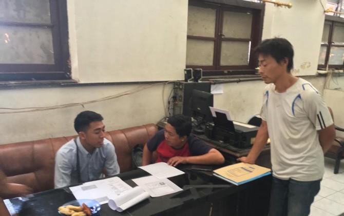 Itaru Kashihara (kanan) saat diperiksa petugas Intelkam Polresta Mojokerto.