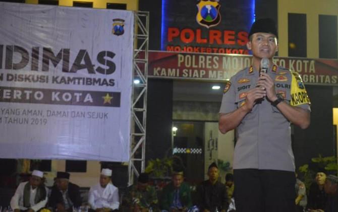 Kapolresta Mojokerto AKBP Sigit Dany Setiyono saat memimpin acara Candimas di halaman mapolresta Jumat (26/10) malam.