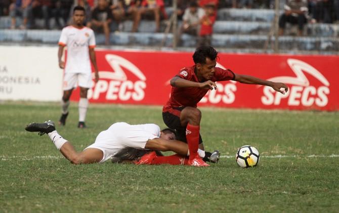 Pemain PSMP berebut bola dengan pemain Aceh United dalam lanjutan 8 besar Liga 2 di Stadion Gajah Mada, Mojosari, Mojokerto, Senin (29/10).