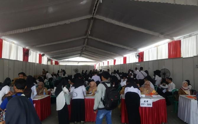 Peserta rekrutmen CPNS Kota Mojokerto persiapan mengikuti tes yang digelar di Basement Monument Simpang Lima Gumul (SLG) Kabupaten Kediri, Jatim.
