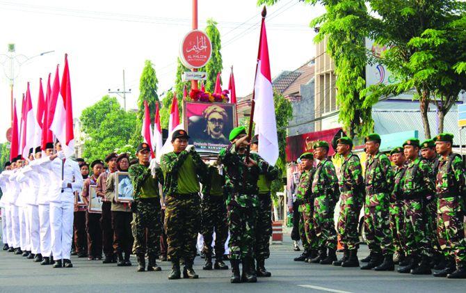 Iring-iringan rombongan peserta napak tilas Kiai Nawawi tiba di finis, depan kantor Pemkot Mojokerto.