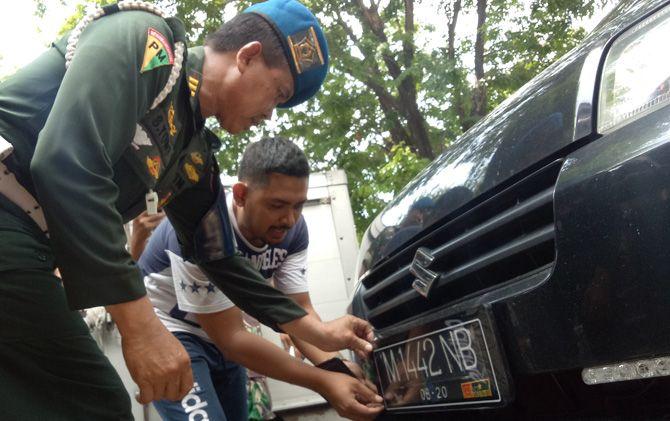 Petugas Denpom V/II Mojokerto menjaring pengendara yang kendapatan mengenakan atribut TNI di Jalan Raya Majapahit, Kota Mojokerto.
