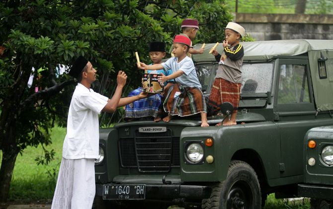 Mukhidin bersama anak-anak penghuni Vila Durian Doa Yatim Sejahtera Desa Kembangbelor, Kecamatan Pacet, Kabupaten Mojokerto.