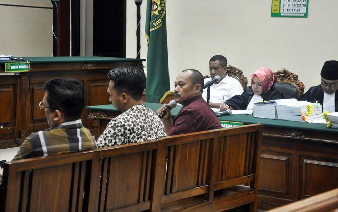 Keterangan tiga saksi, yakni Nano Santoso Hudiarto, Bambang Wahyuadi dan Lutfi Arif Muttaqin, dibantah MKP di Pengadilan Tipikor Surabaya.