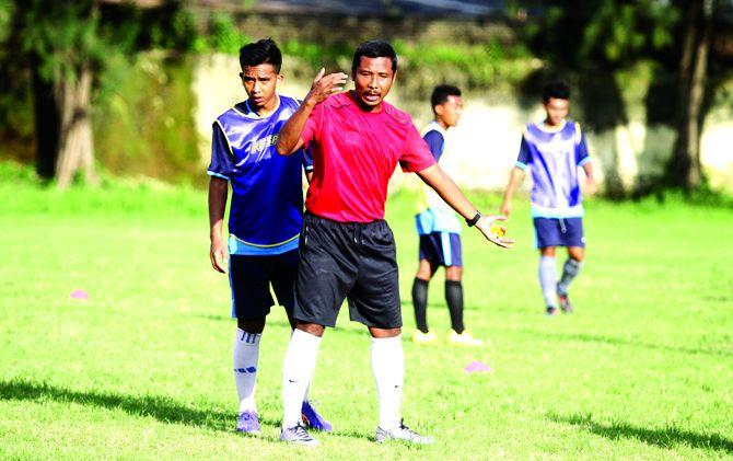 : Pelatih Persem Mojokerto, Hartono memberikan instruksi kepada salah satu pemainnya Dicky Nugroho saat latihan di Gelora A. Yani Kota Mojokerto.