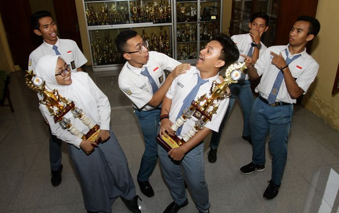 Diego, Breliyan, Regieta, Rizki, Hilmi dan Gagas saat memamerkan trofi juara dari film pendek garapan mereka.