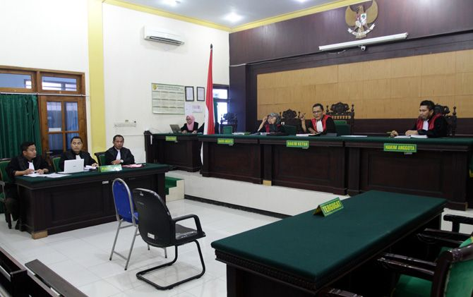Sidang perdana kasus pelanggaran pemilu dengan terdakwa Kades Sampang Agung, Kecamatan Kutorejo, Suhartono, di PN Mojokerto.