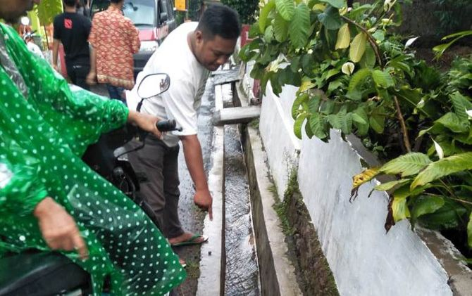 Warga menunjukkan lokasi got lokasi korban terpelest di Desa Ketapanrame, Kecamatan Trawas, Kabupaten Mojokerto.